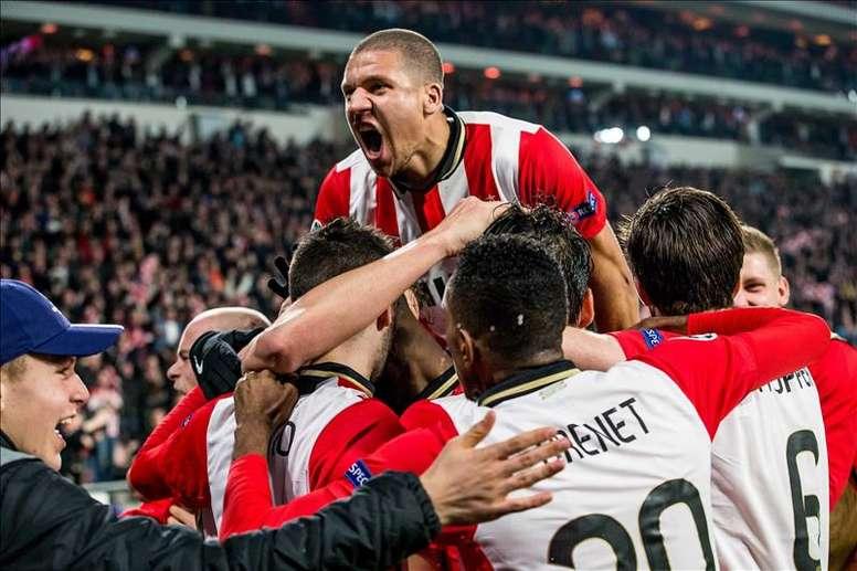 El jugador Jeffrey Bruma (arriba) de PSV celebra con sus compañeros el 1-1 ante CSKA Moscú  durante un partido entre PSV Eindhoven y CSKA Moscú de la Liga de Campeones que se disputa en Eindhoven (Holanda). EFE
