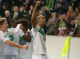 Naldo de Wolfsburg celebra el gol del empate 1-1  durante un partido de la Liga de Campeones por el grupo B entre Wolfsburg y Manchester United en Wolfsburg (Alemania). EFE