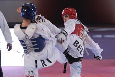 El iraní Armin Hadipour (azul) fue registrado este martes al combatir  con el belga Jaouad Achab (rojo), durante la Copa del Mundo por Equipos de Taekwondo, en Ciudad de México. EFE