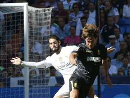 El centrocampista del Real Madrid Isco Alarcón (i) disputa un balón con el centrocampista esloveno del Granada René Krhin (d). EFE/Archivo