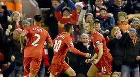 El jugador del Liverpool Jordan Henderson (d) es felicitado por su compañero Adam Lallanaen Anfield, Liverpool, Reino Unido. EFE/EPA
