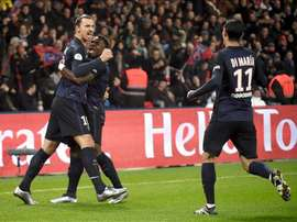 El delantero sueco del PSG Zlatan Ibrahimovic celebra un gol con sus compañeros Serge Aurier y Angel di Maria en el Parque de los Príncipes en París, Francia. EFE/EPA