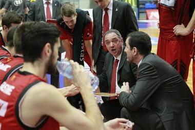 El entrenador del CAI Zaragoza, Andreu Casadevall, da instrucciones a sus jugadores. EFE/Archivo