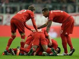 Xabi Alonso (c) del Bayern Munich celebra su gol ante el Darmstadt con sus compañeros durante un partido de la Copa Alemana en el Allianz Arena de Múnich (Alemania). EFE