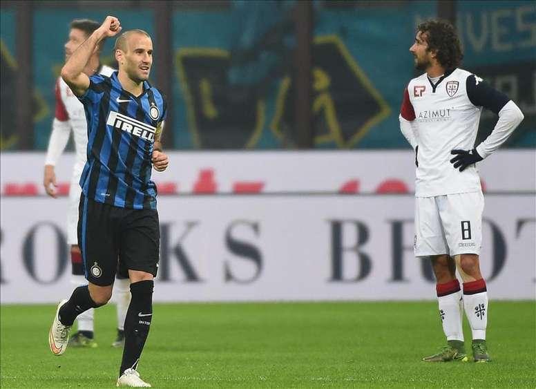El jugador del Inter de Milán, el argentino Rodrigo Palacio (i), celebra un gol ante el Cagliari durante el juego de la Copa Italia que se disputó en el estadio Giuseppe Meazza de Milán, Italia. EFE