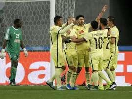 Los futbolistas del América mexicano celebran después que su compañero Dario Benedetto (3 izq) marcara el primer gol del equipo contra el Mazembe en el partido por el quinto puesto del Mundial de Clubes 2015 en Osaka (Japón) hoy, 16 de diciembre de 2015. EFE
