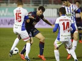 El delantero del Eibar Mikel Arruabarrena (c) disputa un balón con el defensa de la Ponferradina Alan Baró (i) y el centrocampista Jonathan Ruiz (d), durante el partido de dieciseisavos de final de la Copa del Rey que se jugó en el estadio de Ipurúa. EFE