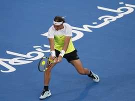 El tenista español Rafael Nadal devuelve la bola a su compatriota, David Ferrer, durante la semifinal del torneo de exhibición de Abu Dabi (Emiratos Árabes Unidos). EFE