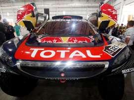 Un mecánico revisa el interior de un coche, este 1 de enero, durante las verificaciones técnicas de los vehículos que participarán del rally Dakar en el parque Tecnópolis en Buenos Aires (Argentina). EFE
