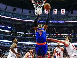 Carmelo Anthony (c), de los New York Knicks, intenta encestar ante la oposición de los jugadores de los Chicago Bulls, Jimmy Butler (i), y Nikola Mirotic (2d), hoy. EFE