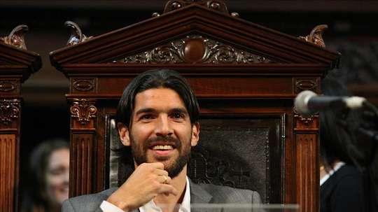 El uruguayo se apunta al partido benéfico por el presidente de Santa Tecla. EFE
