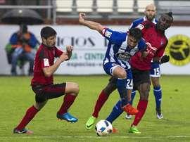 Gorka Kijera (i) lamentó no haber podido dar una victoria a la afición. EFE