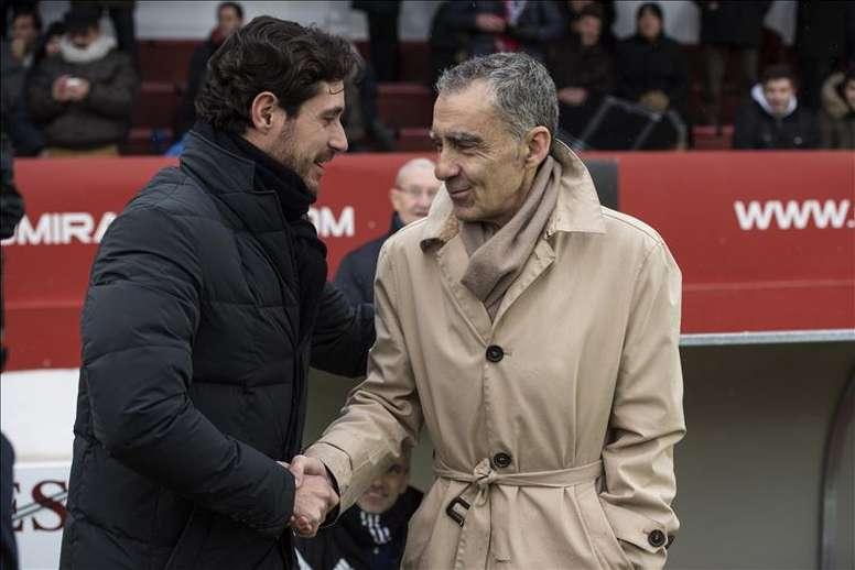Calos Terrazas (d) firmó con el Hogar Alcarreño de Preferente. EFE