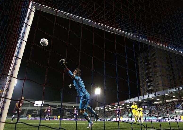 El portero del Eibar Irureta encaja un gol, de la UD Las Palmas, durante el partido de ida de octavos de final de la Copa del Rey que han disputado hoy en el estadio de Ipurua de la localidad guipuzcoana de Eibar.EFE