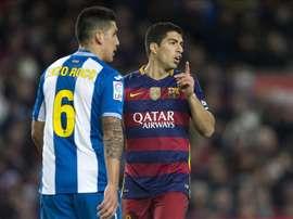 El delantero uruguayo del FC Barcelona Luis Suárez (d) junto al chileno Enzo Roco, del RCD Espanyol, durante el partido de ida de los octavos de final de la Copa del Rey de fúbol que se jugó  en el Camp Nou, en Barcelona. EFE