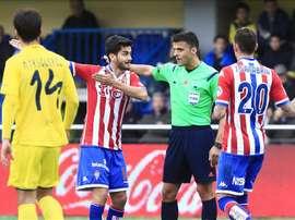 Los jugadores del Sporting, Nacho Cases (2i) y Antonio Sanabria (d), reclaman un gol anuladao, durante el partido frente al Villarreal correspondiente a la decimonovena jornada de Liga de primera división que ambos equipos disputan en el estadio de El Madrigal. EFE