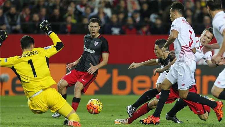 Pin El delantero del Athletic de Bilbao Aritz Aduriz (3d) intenta llegar al  balón ante 81ea819771a91