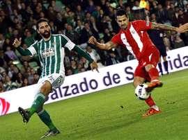 El centrocampista del Sevilla Vitolo (d) dispara a portería ante el defensa Jordi Figueras. EFE/Archivo