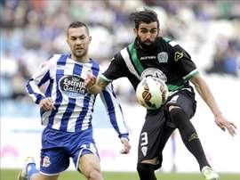 El defensa, ex del Córdoba, José Ángel Crespo (d) controla el balón ante el centrocampista argentino ex del Deportivo de La Coruña Luis Fariña en el estadio de Riazor. EFE/Archivo