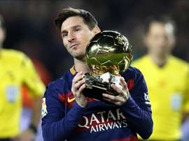 L'attaquant du Barcelona Lionel Messi avec son 5e Ballon d'Or au Camp Nou. EFE
