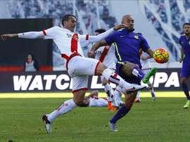 El delantero del Málaga, Nordin Amrabat (d), controla el balón ante el centrocampista del Rayo Vallecano, Antonio Amaya (i), durante un partido. EFE/Archivo