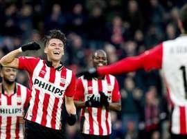 El central mexicano Hector Moreno (I) del PSV celebra su gol contra FC Twente durante el partido de la Eredivisie que han jugado PSV y FC Twente en Eindhoven, Holanda. EFE/EPA/KOEN VAN WEEL
