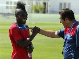 El atacante franco-congoleño Thievy Bifouma bromea con el entrenador del club nazarí José Ramón Sandoval. EFE/Archivo