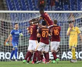 El medio del Roma Radja Nainggolan (c) celebra con sus compañeros un gol durante el partido de la Serie A que han jugado AS Roma y Frosinone Calcio en el Olímpico de Roma, Italia. EFE/EPA