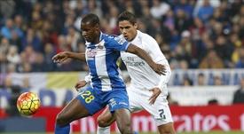 El defensa francés del Real Madrid Raphael Varane (d) pelea un balón con el delantero senagalés del Espanyol, Mamadou Sylla . EFE