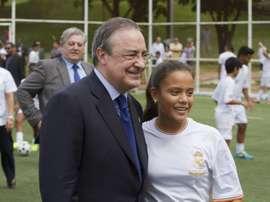 El presidente del Real Madrid, Florentino Pérez, posa junto una joven de los cerca de 300 beneficiarios de una escuela socio-deportiva del equipo español ubicada en Ciudad de Panamá, que ya cuenta con tres escuelas socio-deportivas gracias a un convenio de colaboración entre la Fundación Real Madrid y el Gobierno panameño. EFE/Archivo