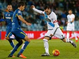 El delantero del Deportivo Lucas Pérez (d) ante el defensa argentino del Getafe Santiago Vergini (i).EFE/Archivo