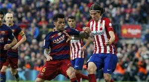 Le défenseur du Barça lutte un ballon avec Filipe Luis, défenseur de l'Atlético de Madrid. AFP