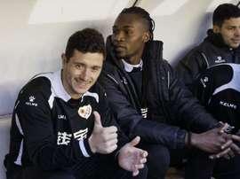 El centrocampista del Rayo Vallecano Francisco Medina Luna Piti (i) y el delantero angoleño Alberto Manucho, durante el partido de la vigésimo tercera jornada de Liga que disputaron en el estadio de Vallecas, en Madrid. EFE