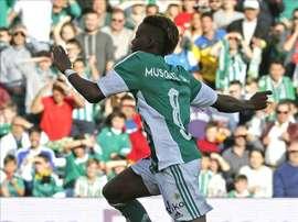 El centrocampista belga del Betis Charly Junior Musonda (d) salta por encima del portero del Valencia, Matthew Ryan, durante el partido de la vigésima tercera jornada de Liga que se disputó en el estadio Benito Villamarín. EFE