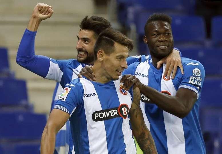 El delantero paraguayo del RCD Espanyol Hernán Pérez (c) celebra un gol junto a sus compañeros Álvaro González (i) y Felipe Caicedo en Cornella-El Prat. EFE/Archivo