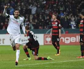 El defensa del Werder Bremen Santiago García (i) celebra un gol marcado ante el Bayer Leverkusen durante el partido de Copa alemana disputado en Leverkusen, Alemania. EFE