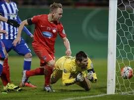 El centrocampista del Heidenheim Arne Feick (i) marca ante el Hertha BSC durante el partido de cuartos de final de la Copa alemana disputado en Heidenheim an der Brenz, Alemania. EFE