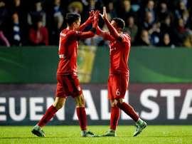 Robert Lewandowski (i) de Bayern Munich celebra su gol ante VfL Bochum con su compañero Thiago (d) durante un partido de cuartos de final de la Copa Alemania en Bochum (Alemania). EFE