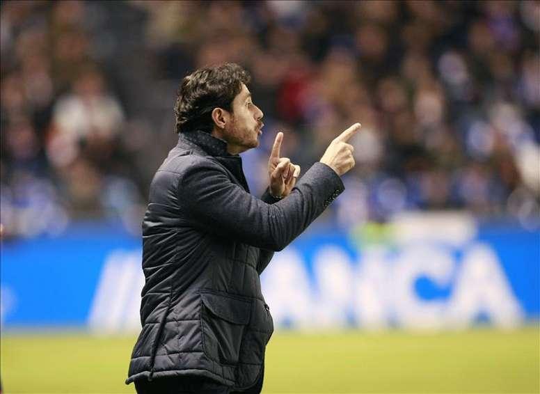El entrenador del Deportivo Víctor Sánchez del Amo da instrucciones a sus jugadores. EFE/Archivo