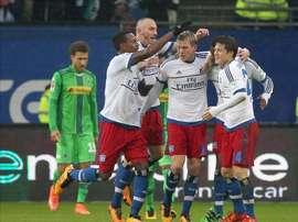 El jugador del Hamburgo Artjoms Rudnevs (c) celebra el 2-1 con sus compañeros durante el partido de la Bundesliga que han jugado Hamburg SV y Borussia Moenchengladbach en el Volksparkstadion en Hamburgo, Alemania. EFE/EPA