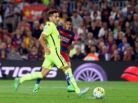 El delantero brasileño del FC Barcelona Neymar da Silva (d) y el defensa del Levante Ángel Trujillo, durante el partido de la cuarta jornada de Liga en Primera División que se disputó en el Camp Nou, en Barcelona. EFE/Archivo