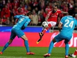 El jugador Mitroglou (c) de Benfica disputa el balón con Nicolas Lombaerts (i) y Ezequiel Garay (d) de FC Zenit durante un partido entre FC Zenit y Benfica de la Liga de Campeones de la UEFA, que se disputó en el estadio Luz, en Lisboa (Portugal). EFE
