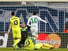 El jugador del Wolfsburgo Julian Draxler (c) anota el segundo gol de su equipo durante un partido entre Gante y Wolfsburgo por los octavos de final de la Liga de Campeones de la UEFA, en el estadio Ghemlanco Arena de Gante (Bélgica). EFE