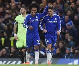 Los jugadores del Chelsea Willian (c) y Eden Hazard celebran un gol durante el partido de la FA Cup que han jugado Chelsea y Manchester City en Stamford Bridge, Londres, Reino Unido. EFE/EPA