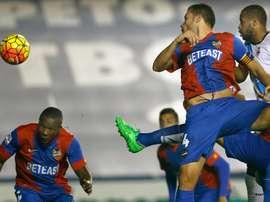 El centrocampista mozambiqueño del Levante Simao Mate (i) intenta un remate ante el Deportivo. EFE/Archivo