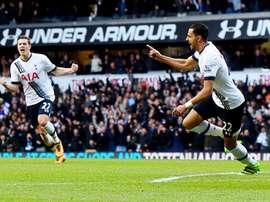 El jugador del Tottenham Hotspur Nacer Chadli (d) celebra el empate durante el partido de la Premier League que han jugado Tottenham Hotspur y Swansea City en Londrs, Reino Unido. EFE/EPA