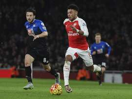 Arsenal are open to sell Alex Oxlade-Chamberlain (R) this summer. EFE/Archivo
