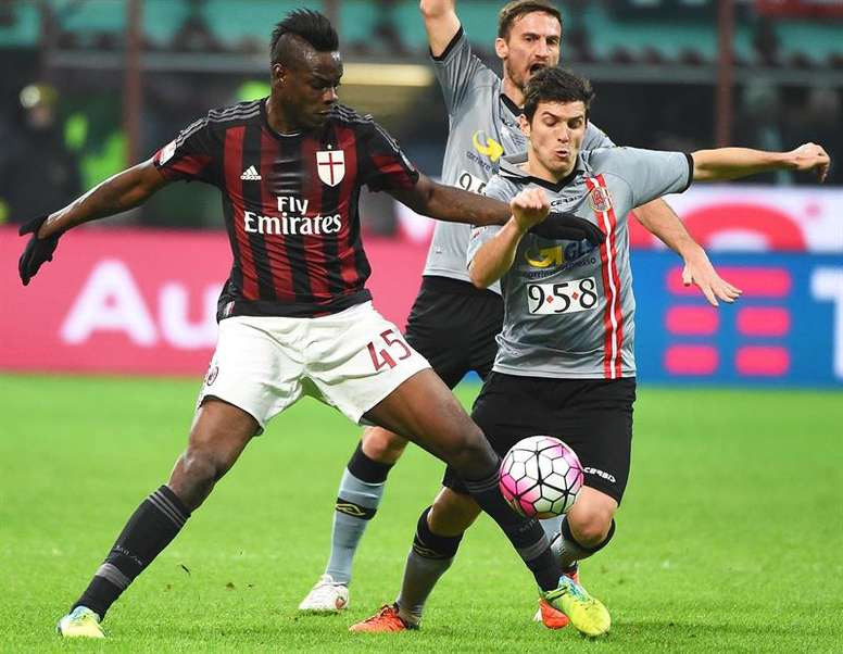 El jugador de Milán Mario Balotelli (i) disputa el balón con Gianluca Nicco (d) de Alessandria en la semifinal de la Coppa Italia que se disputa en el estadio Giuseppe Meazza de Milán, Italia. EFE