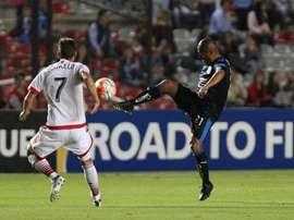Marco Jimenez (d) de los Gallos Blancos de Querétaro lucha por el balón con Marcelo Sarvas (i) del DC United, en uno de los partidos de la Concacaf. EFE