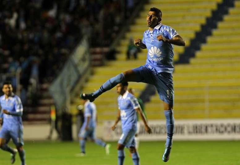 El jugador de Bolívar de Bolivia Juan Carlos Arce festeja su gol ante el Deportivo Cali de Colombia hoy, jueves 3 de marzo de 2016, en un partido de la fase de grupos de la Copa Libertadores en el estadio Hernando Siles de La Paz (Bolivia). EFE